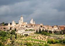 San Gimignano unter bewölktem Himmel. Lizenzfreies Stockbild