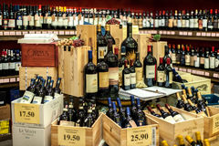 San Gimignano Włochy, Listopad, - 18, 2016: Wino butelki na sklepie s zdjęcia stock