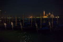San Giorgio Maggiore ö och venetian gondoler Royaltyfri Bild