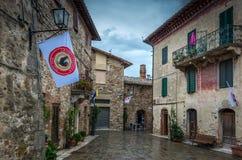 San Gusme, Itália, o 12 de setembro de 2014: Opinião da rua em San Gusme perto de Siena em Toscânia imagem de stock