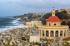 San idoso Juan Puerto Rico Cemetery com vista para o mar tropical foto de stock royalty free