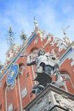 San Jorge lucha al dragón, estatua del caballero Roland con la espada que derrota un dragón delante de la casa de espinillas y Imagenes de archivo