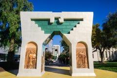 San Jose, Califórnia/EUA - 6 de dezembro de 2017 - arco da dignidade, da igualdade e da justiça com base em San Jose State Univer imagens de stock royalty free