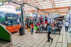 SAN JOSE, COSTA RICA - MEI 14, 2016: Weergeven van bussen bij Gran Terminal del Caribe busstation in hoofdsan Jos royalty-vrije stock afbeelding