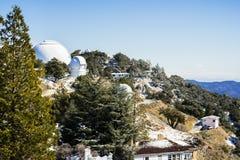 San Jose zima krajobraz przy liźnięcie Obserwatorskim kompleksem posiadać i działającym uniwersytetem kalifornijskim na górze Mt  zdjęcia stock