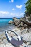 San Juan Beach et vieux bateau Photos stock