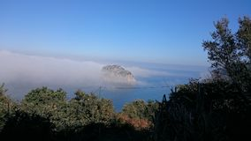 San Juan de Gaztelugatxe Island e mar Fotos de Stock Royalty Free