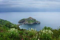 San Juan de Gaztelugatxe no país Basque na mola imagem de stock