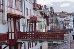 Μια άποψη της γαλλικής ακτής του San Juan de Luz με τα χαρακτηριστικά χρωματισμένα σπίτια στοκ εικόνες με δικαίωμα ελεύθερης χρήσης