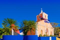 San Juan del Sur, Nicaragua - Maj 11, 2018: Utomhus- sikt av kyrkan i San Juan del sur Central Park med en katolik Arkivbilder