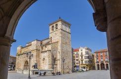 San Juan kyrka till och med en båge i Zamora fotografering för bildbyråer