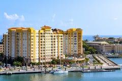 San Juan Puerto Rico - April 02 2014: Sikt av arkitektur längs kusten fotografering för bildbyråer