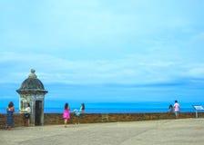 San Juan Puerto Rico - Maj 08, 2016: Folket som gör foto på den stora yttre väggen med vaktpostasken av fortet San Cristobal Royaltyfria Foton