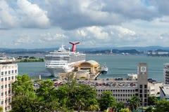 SAN JUAN PUERTO RICO - SEPTEMBER 15, 2013: kryssningskepp i port Arkivbild