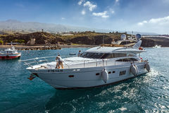 SAN JUAN, TENERIFE/SPAIN - 25 ΦΕΒΡΟΥΑΡΊΟΥ: Ταχύπλοο σκάφος μηχανών που αφήνει το S Στοκ φωτογραφίες με δικαίωμα ελεύθερης χρήσης