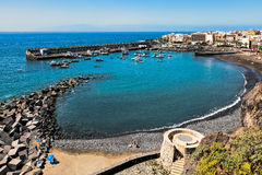 SAN JUAN, TENERIFE/SPAIN - 22 FEBRUARI: Mening van San Juan Harbou Stock Fotografie