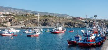 SAN JUAN, TENERIFE/SPAIN - 18. JANUAR 2015: Boote festgemacht in Sa lizenzfreies stockbild