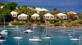 San Juan, USVI - barcos de vela y propiedades horizontales de la línea de costa Foto de archivo libre de regalías