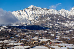 San-Julien-en-Champsaur e picco di Queyrel nell'inverno france Immagini Stock