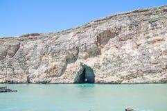 San Lawarenz, Malta: Sikten av det inlands- havet Divesite och vaggar på den Gozo ön i Malta Arkivbild