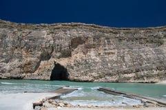 San Lawarenz, Malta: Sikten av det inlands- havet Divesite och vaggar på den Gozo ön i Malta Royaltyfri Fotografi