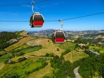 San-Leeuw - Twee cabines van de kabelbaan over platteland Stock Foto's