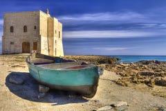 San Leonardo Watchtower, sur la baie de Pilone, village d'Ostuni, Salento Photographie stock