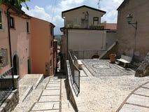 San Lorenzello - Stegen van het historische centrum stock afbeeldingen