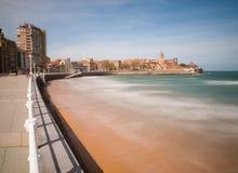 Смотреть вдоль пляжа San Lorenzo к полуострову Санты Стоковые Фотографии RF