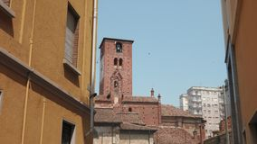 San Lorenzo kościelna iglica między budynkami mieszkalnymi, Mortara, PV, Włochy zdjęcie wideo