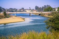 San Lorenzo River i ett aftonljus, Santa Cruz, Kalifornien Arkivfoton