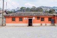 SAN MANUEL DE COLOHETE, HONDURAS - APRIL 15, 2016: Liten eatery i San Manuel villag royaltyfria bilder