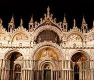 San Marco Basilica, St Mark& x27; s Kathedraal, in Venetië, Italië, bij nacht stock afbeeldingen