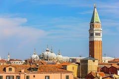 San Marco Campanile och kupolen av basilikan, flyg- sikt, V arkivfoton