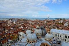 San Marco cubre con una cúpula la visión desde las alturas, Venecia, Italia Imagen de archivo