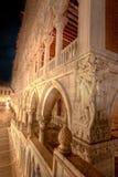 San Marco, Doge& x27; s Paleis in Venetië, Italië, bij nacht stock afbeelding