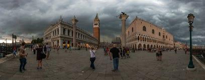 San Marco fyrkant med basilikan för campanile- och St Mark ` s för storm Den huvudsakliga fyrkanten av den gamla staden Arkivbild