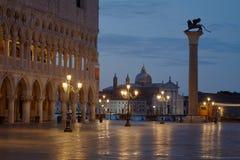San Marco fyrkant med lejonet på kolonn och basilika på natten i Venedig royaltyfri bild