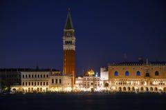 San Marco fyrkant med turister i Venedig Arkivfoto