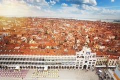 San Marco fyrkant och Venedig stadspanorama Arkivfoton