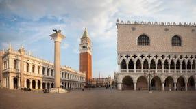 San Marco kwadrat z Dzwonnicą i Doży Pałac Zdjęcie Stock
