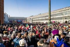 San Marco Square mycket av folk under karneval av Venedig 2018 Arkivbilder