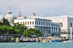 San Marco station och dogens slott som sett från Grand Canal i Venedig, Italien. Royaltyfri Foto