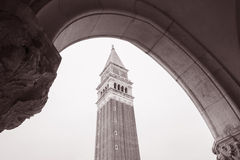 San Marcos Bell Tower - Campanile; Venedig; Italien Royaltyfria Bilder
