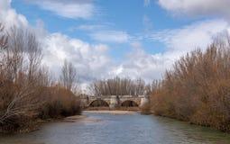 San Marcos Bridge über dem Bernesga-Fluss lizenzfreies stockbild