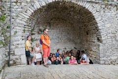 San Marino, San Marino - 10 agosto 2017: La gente che si nasconde dalla pioggia alla parete della fortezza a San Marino Fotografie Stock