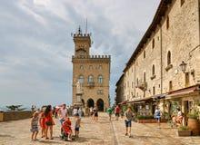 San Marino, San Marino - 10 agosto 2017: Quadrato principale con l'amministrazione a San Marino fotografia stock libera da diritti