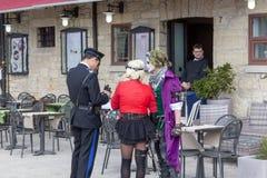 SAN MARINO - 9 APRILE 2019 - un poliziotto pubblica un'indennità agli attori della via fotografie stock libere da diritti
