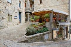 San Marino San Marino - 10 Augusti 2017: cityscape gatakafé i den historiska mitten Arkivbilder