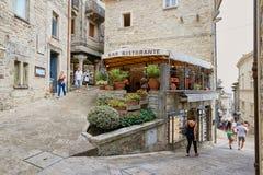 San Marino San Marino - 10 Augusti 2017: cityscape gatakafé i den historiska mitten Royaltyfri Bild